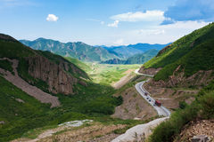 Winding road acoss the mountains Royalty Free Stock Photos