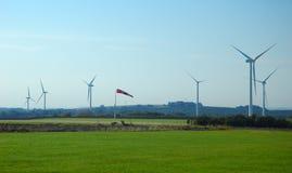 Windkegel nahe einem Windbauernhof Lizenzfreies Stockbild