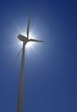 Windkraftanlage über Sonnenglanz Lizenzfreie Stockbilder