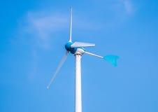 Windkraftanlage auf über dem blauen Himmel stockbilder