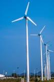 Windkraftanlage auf über dem blauen Himmel stockfotos