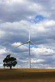 Windkraftanlage auf Bauernhof in zentraler Victoria, Australien Lizenzfreie Stockfotografie