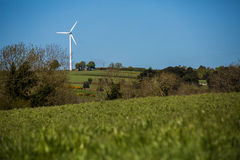Windkraftanlage auf Bergkuppe stockbilder