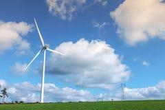 Windkraftanlage auf bewölktem Himmel Stockfotografie