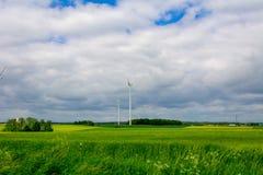 Windkraftanlage auf dem Gebiet Lizenzfreies Stockfoto