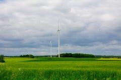 Windkraftanlage auf dem Gebiet Stockfotos