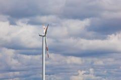 Windkraftanlage auf dem Hintergrund des hellen bew?lkten Himmels Windgeneratornahaufnahme ?kostrom, alternative Energie stockfotos