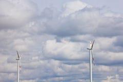 Windkraftanlage auf dem Hintergrund des hellen bew?lkten Himmels Windgeneratornahaufnahme ?kostrom, alternative Energie lizenzfreies stockbild