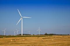 Windkraftanlage auf dem Landwirtfeld Lizenzfreie Stockfotos
