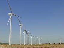 Windkraftanlage auf dem Landwirtfeld Stockfotografie