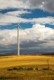 Windkraftanlage auf einem goldenen Gebiet Stockbild