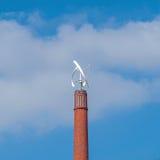 Windkraftanlage auf einem Kamin Stockfotos