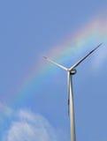 Windkraftanlage auf schönem Regenbogenhimmel Stockbild