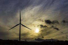 Windkraftanlage in der Dämmerung Stockfoto