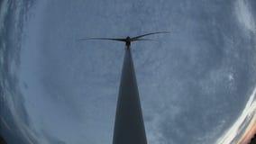 Windkraftanlage, eine Ansicht von unten, gegen stock video footage