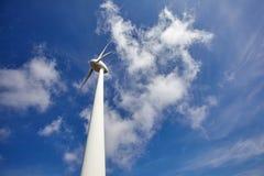 Windkraftanlage für Produktion des elektrischen Stroms Ökologische alternative Energie lizenzfreie stockfotos
