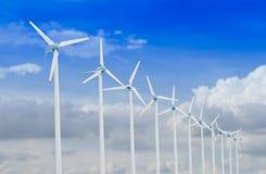 Windkraftanlage für alternative Energie auf Hintergrund des blauen Himmels mit Wolken Stockfotos