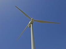 Windkraftanlage gegen blauen Himmel Stockfotos