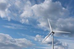 Windkraftanlage gegen drastischen bewölkten Himmel lizenzfreie stockfotos