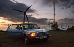 Windkraftanlage hinter altem Auto Lizenzfreies Stockbild
