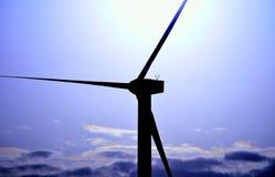 Windkraftanlage hintergrundbeleuchtet mit Farbeffekten bei Sonnenaufgang Lizenzfreie Stockbilder