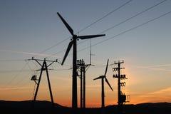 Windkraftanlage im Sonnenuntergang Drehende Blätter von Energiegeneratoren Säubern Sie ökologisch Strom Moderne Technologien für  Stockbild