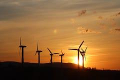 Windkraftanlage im Sonnenuntergang Romantischer Abend und moderne Technologien des ökologisch sauberen Stroms Schutz des enviro Lizenzfreie Stockfotos