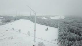Windkraftanlage im Winter stock video
