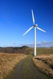 Windkraftanlage mit Kiespfad Lizenzfreie Stockbilder