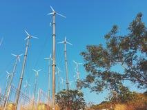Windkraftanlage mit Natur lizenzfreie stockfotografie