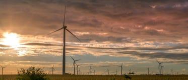Windkraftanlage in Nordwest-Indiana auf einem Mais-Gebiet während des Sonnenuntergangs stockbilder