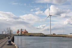 Windkraftanlage, Silos u. Skulptur auf Banken von Fluss Blyth, Northumberland, Großbritannien stockfoto
