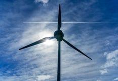 Windkraftanlage und überschreiten Flugzeuge, England lizenzfreies stockbild
