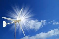 Windkraftanlage und blauer Himmel mit Lichtstrahl Lizenzfreie Stockfotografie