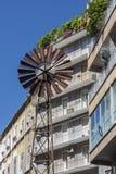 Windkraftanlage und ein Haus in Neapel Lizenzfreies Stockfoto