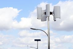 Windkraftanlage und Lampe gegen den Himmel, alternative Energie lizenzfreies stockbild