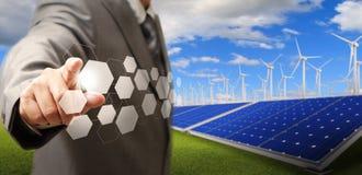Windkraftanlage und Solarbauernhof Lizenzfreies Stockfoto