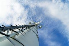 Windkraftanlage von einer tiefen Perspektive stockfotografie