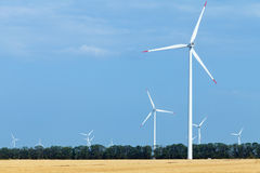 Windkraftanlagebauernhof über dem Land benutzt für die Landwirtschaft Lizenzfreies Stockbild