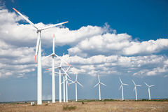 Windkraftanlagebauernhof, alternative Energie, Bulgarien. Lizenzfreies Stockbild