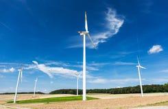 Windkraftanlagebauernhof auf einem Abhang in Deutschland Stockfoto