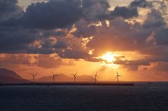 Windkraftanlagebauernhof bei dem Sonnenuntergang, Spanien Lizenzfreie Stockfotos