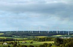 Windkraftanlagebauernhof im Tal in Deutschland - auswechselbar, stützbar stockbilder