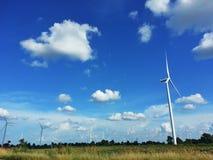 Windkraftanlagebauernhof und blauer Himmel Stockbilder