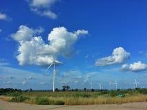 Windkraftanlagebauernhof und blauer Himmel Lizenzfreie Stockfotografie