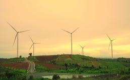 Windkraftanlagebauernhof während des schönen Sonnenuntergangs, alternative Energie lizenzfreie stockfotografie