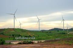 Windkraftanlagebauernhof während des schönen Sonnenuntergangs, alternative grüne Energie für Schutz der Natur bei Khao Kho, Phetc stockfotos