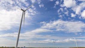 Windkraftanlagedrehen des Zeit-Versehens 4K Windmühle auf Hintergrund des blauen Himmels stock footage