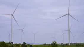 Windkraftanlagen auf dem grünen Gebiet drehen sich stock footage