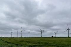 Windkraftanlagen auf einem Feld in Deutschland lizenzfreie stockbilder
